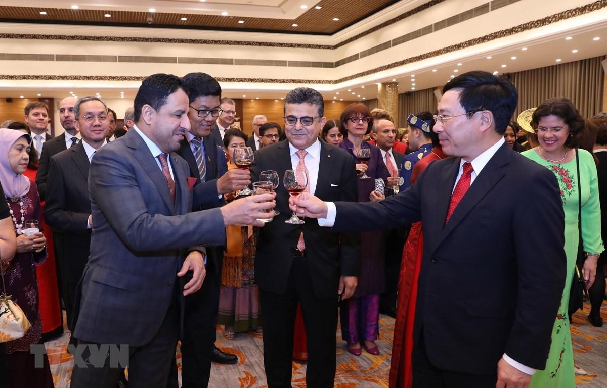 Phó Thủ tướng, Bộ trưởng Bộ Ngoại giao Phạm Bình Minh chúc mừng năm mới các đại biểu. (Ảnh: Lâm Khánh/TTXVN)