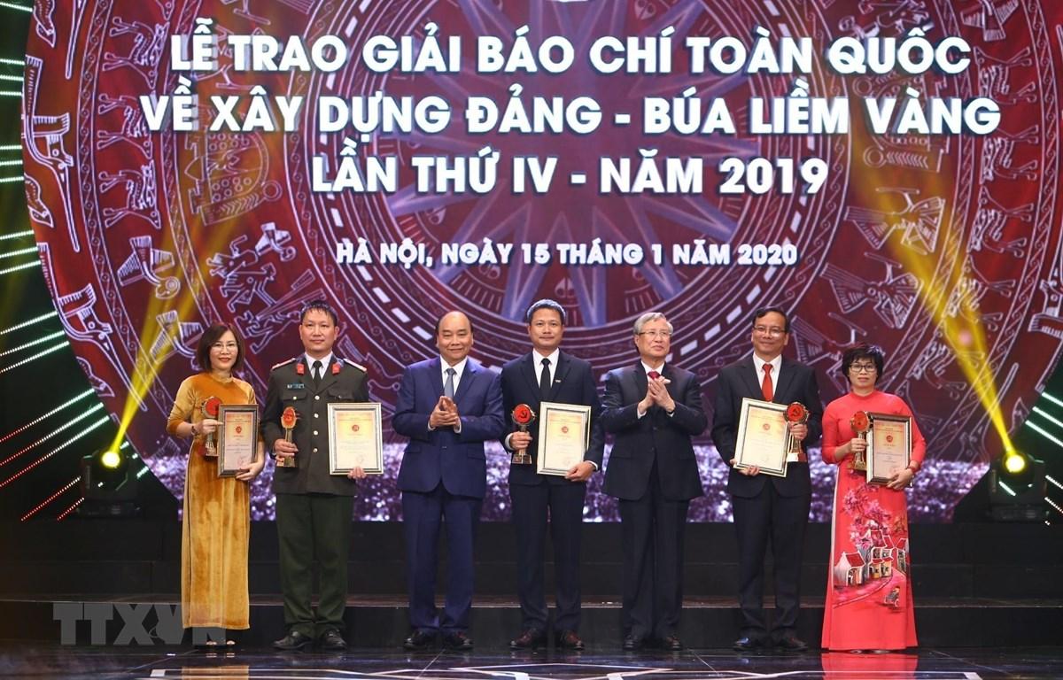Thủ tướng Nguyễn Xuân Phúc và ông Trần Quốc Vượng, Ủy viên Bộ Chính trị, Thường trực Ban Bí thư trao giải A cho tác giả và nhóm tác giả đoạt giải. (Ảnh: Minh Quyết/TTXVN)