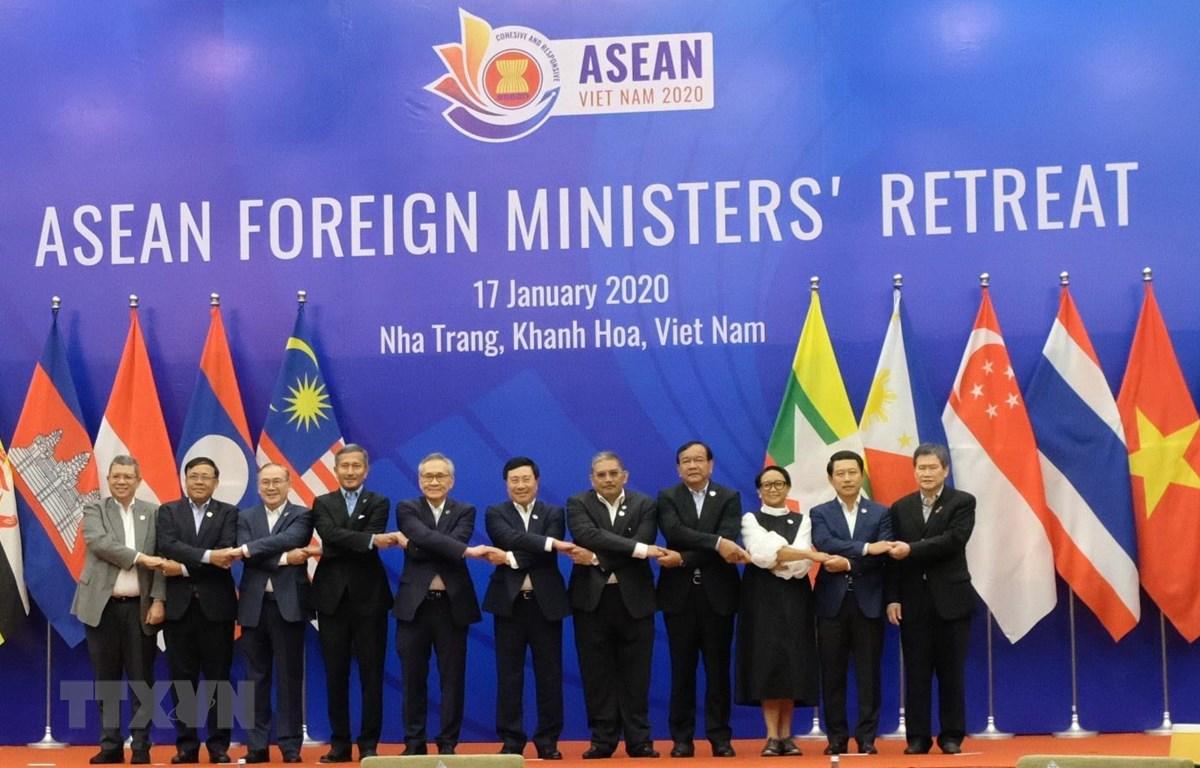 Bộ trưởng Ngoại giao các nước ASEAN chụp ảnh chung. (Ảnh: Tiên Minh/TTXVN)