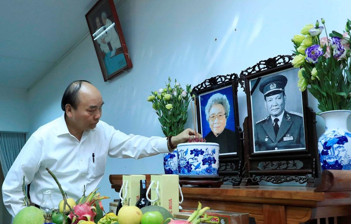 Thủ tướng Nguyễn Xuân Phúc dâng hương, tưởng nhớ Đại tướng Lê Đức Anh. (Ảnh: Thống Nhất/TTXVN)