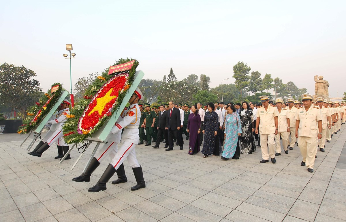 Đoàn Lãnh đạo Thành phố Hồ Chí Minh, các lực lượng vũ trang thành phố đến dâng hương, dâng hoa tưởng niệm các Anh hùng, Liệt sỹ tại Nghĩa trang Liệt sỹ Thành phố Hồ Chí Minh (Đồi không tên). (Ảnh: Thanh Vũ/TTXVN)