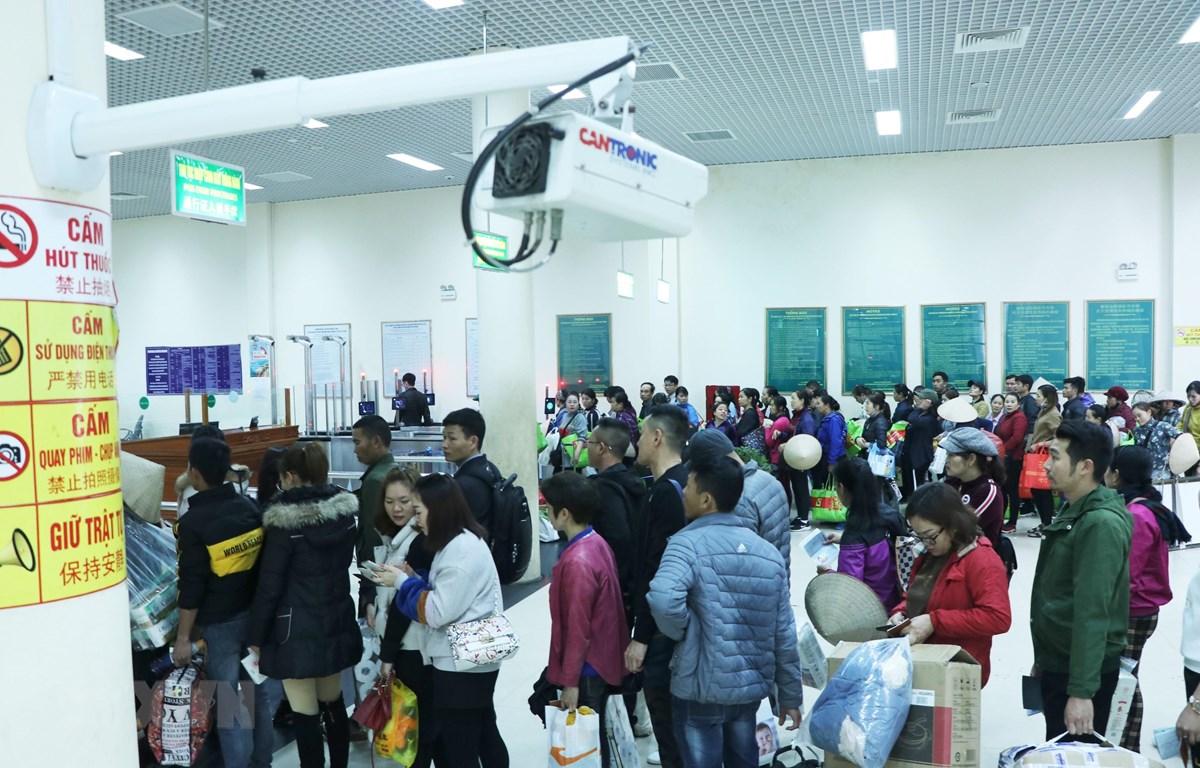 Máy đo thân nhiệt từ xa đối với hành khách nhập cảnh từ Trung Quốc vào Việt Nam tại cửa khẩu Móng Cái (thành phố Móng Cái, tỉnh Quảng Ninh). (Ảnh: Minh Đông/TTXVN)
