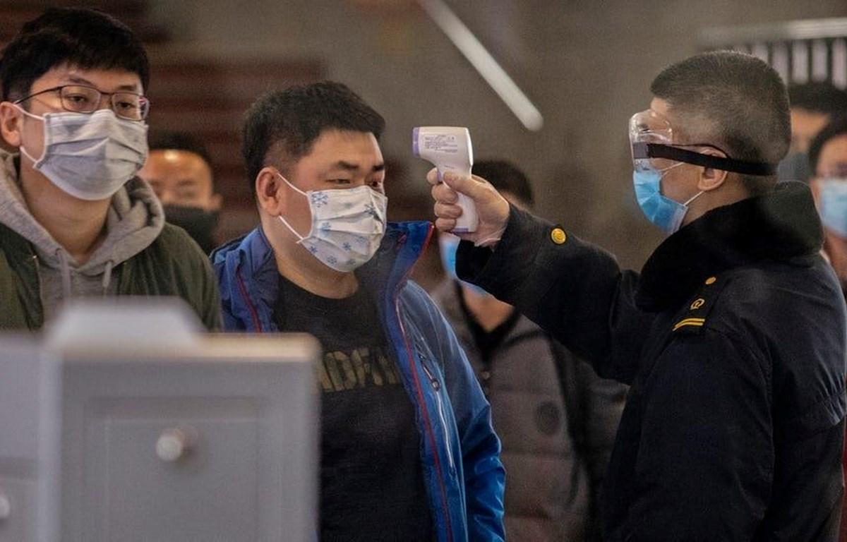 Kiểm tra thân nhiệt hành khách trên tuyến tàu từ Vũ Hán đến Bắc Kinh. (Nguồn: Getty Images)