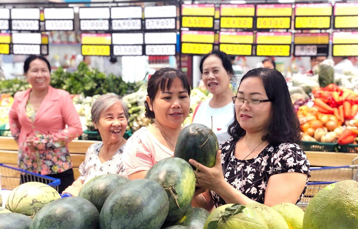 Người tiêu dùng hưởng ứng mua dưa hấu hỗ trợ người nông dân. (Nguồn: TTXVN phát)
