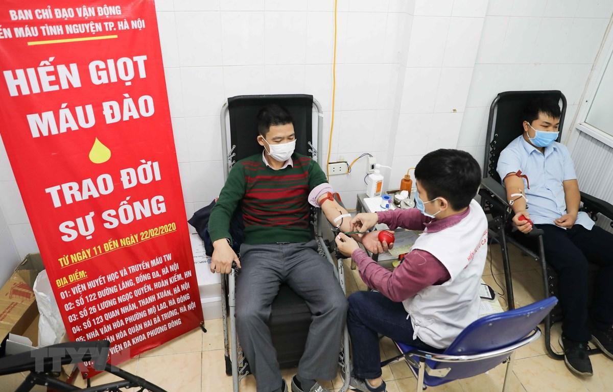 Tình nguyện viên tham gia hiến máu tại địa chỉ 26 Lương Ngọc Quyến, quận Hoàn Kiếm (Hà Nội) trong sáng 11/2/2020. (Ảnh: Thanh Tùng/TTXVN)
