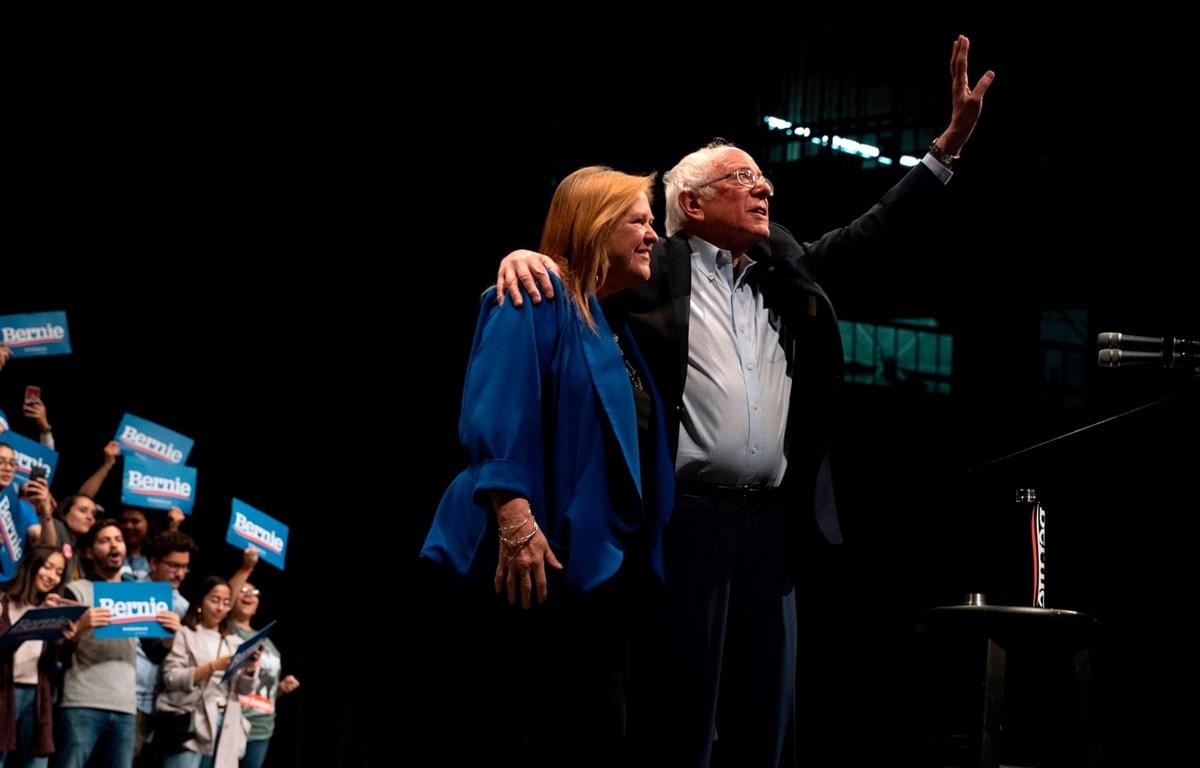 Ông Bernie Sanders và phu nhân vẫy chào người ủng hộ. (Nguồn: AFP)