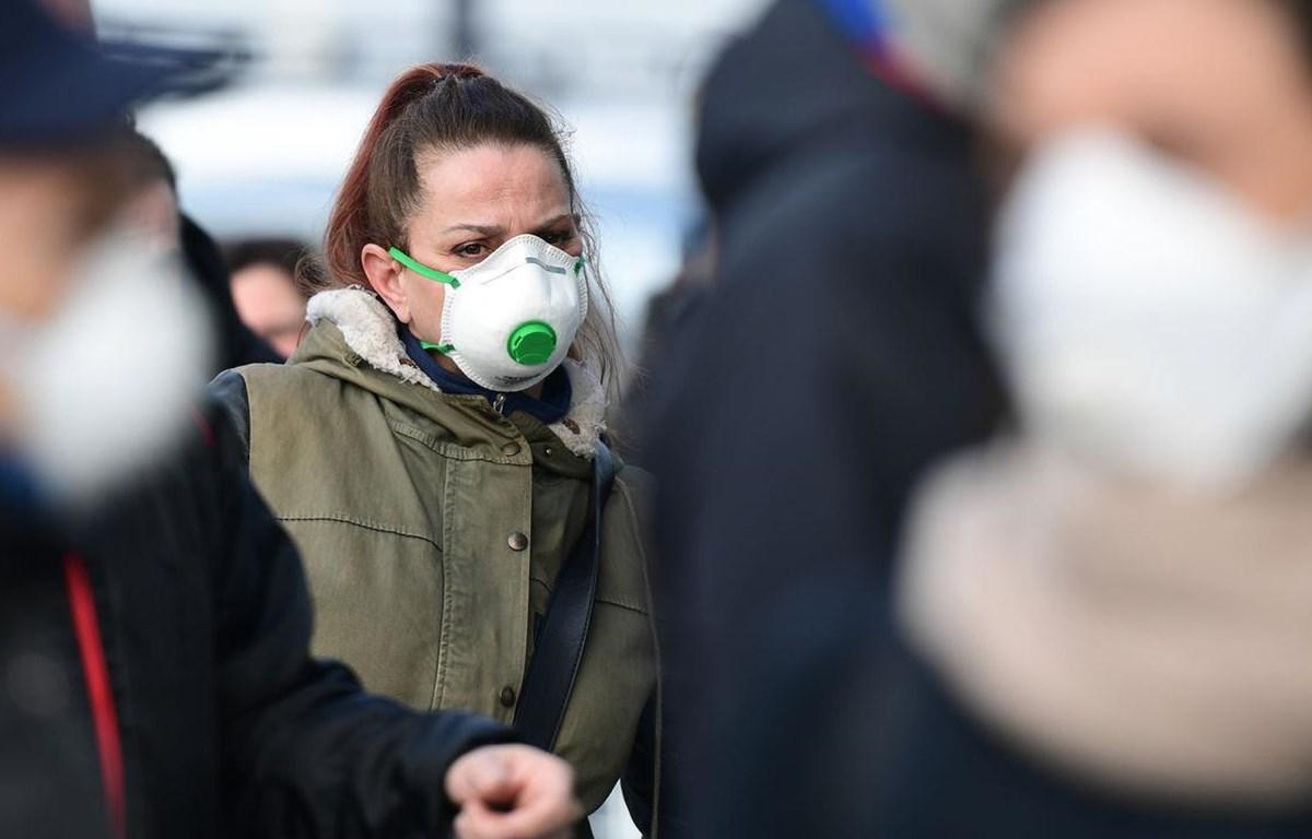 Giới chức y tế cảnh báo rằng tình hình lây lan của COVID-19 hiện đã tiến gần tới ngưỡng đại dịch toàn cầu. (Nguồn: AFP)