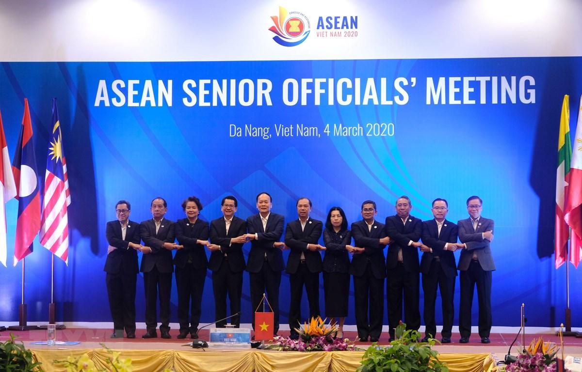 Trưởng đoàn SOM các nước ASEAN chụp ảnh tại hội nghị. (Ảnh: Quốc Dũng/TTXVN)