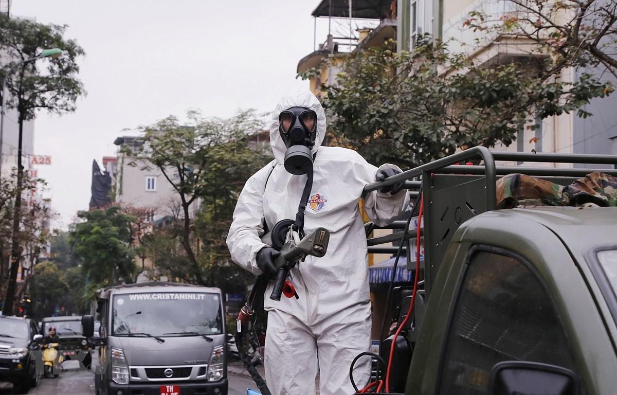 Trong ảnh: Lực lượng bộ đội hóa học triển khai phun hóa chất tiêu tẩy khu vực phố Châu Long, quận Ba Đình. (Ảnh: Dương Giang/TTXVN)