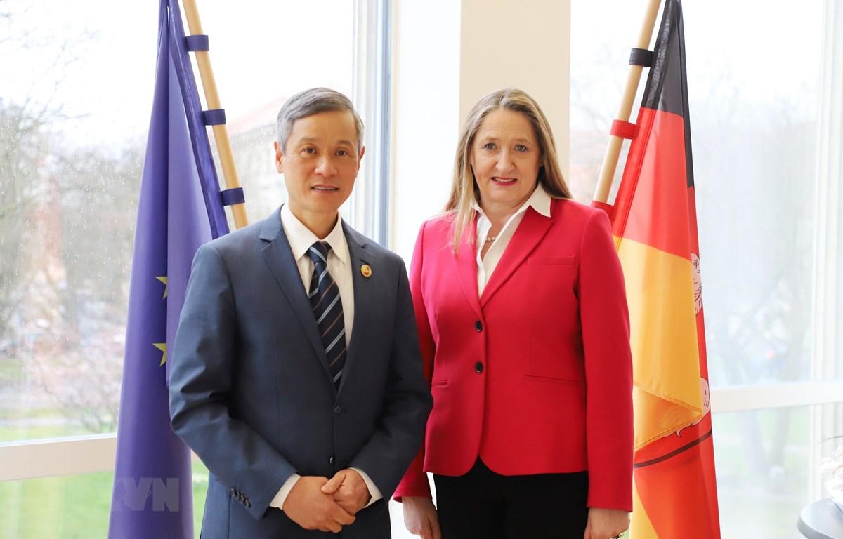 Đại sứ Nguyễn Minh Vũ và Tiến sĩ Gabriele Andretta, Chủ tịch Nghị viện bang Niedersachsen chụp ảnh lưu niệm. (Ảnh: Mạnh Hùng/TTXVN)