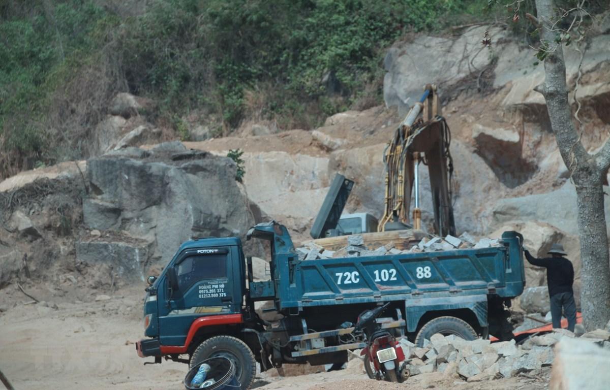 Mặc dù chưa hoàn tất các thủ tục để đưa mỏ đá Tóc Tiên đi vào khai thác, nhưng Công ty TNHH Dịch vụ Thương mại và Du lịch Vũng Tàu đã ngang nhiên đưa phương tiện vào khai thác rầm rộ. (ảnh chụp sáng 13/3/2020). (Ảnh: Hoàng Nhị/TTXVN)