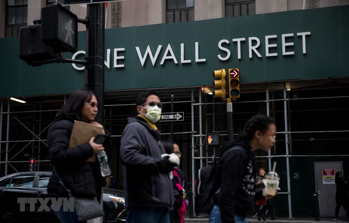 Người dân đeo khẩu trang đề phòng lây nhiễm COVID-19 tại New York, Mỹ ngày 11/3/2020. (Nguồn: THX/TTXVN)