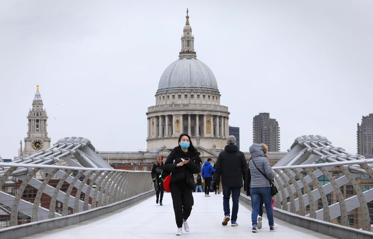 Người dân đeo khẩu trang phòng lây nhiễm COVID-19 tại London, Anh, ngày 9/3/2020. (Nguồn: THX/TTXVN)