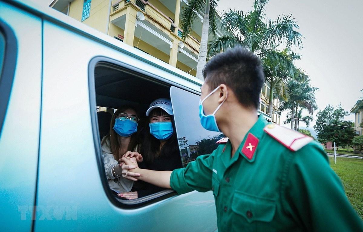 Giây phút chia tay xúc động của công dân và chiến sỹ. Những tình cảm xuất phát từ sự ân cần phục vụ nhân dân của các chiến sỹ áo xanh quân đội nhân dân Việt Nam đã tạo cho công dân nhiều niềm tin, vững tâm hoàn thành thời gian cách ly theo dõi COVID-19. (