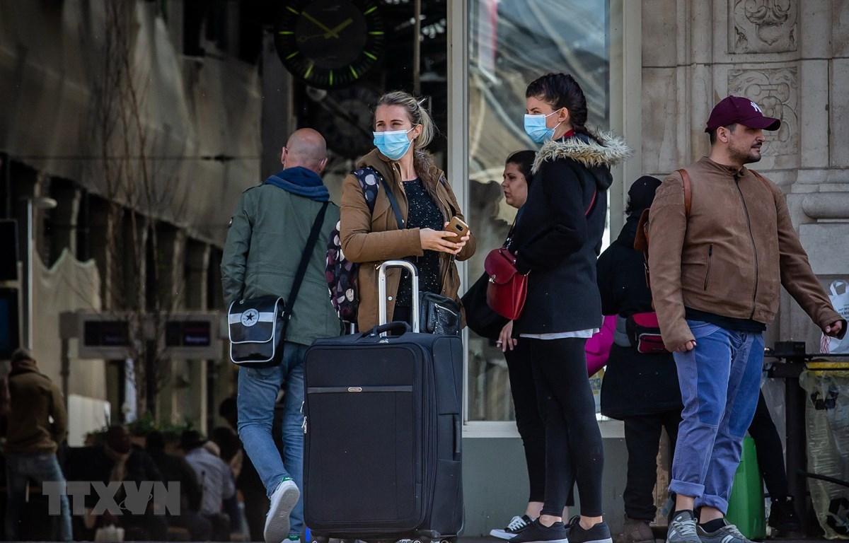 Người dân đeo khẩu trang để phòng tránh lây nhiễm COVID-19 tại nhà ga tàu hỏa ở Paris, Pháp, ngày 19/3/2020. (Nguồn: THX/TTXVN)