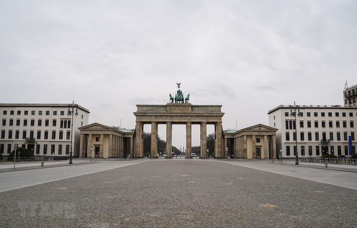 Cảnh vắng vẻ tại Cổng Brandenburg ở Berlin, Đức ngày 20/3/2020, trong bối cảnh dịch COVID-19 lan rộng. (Nguồn: THX/ TTXVN)
