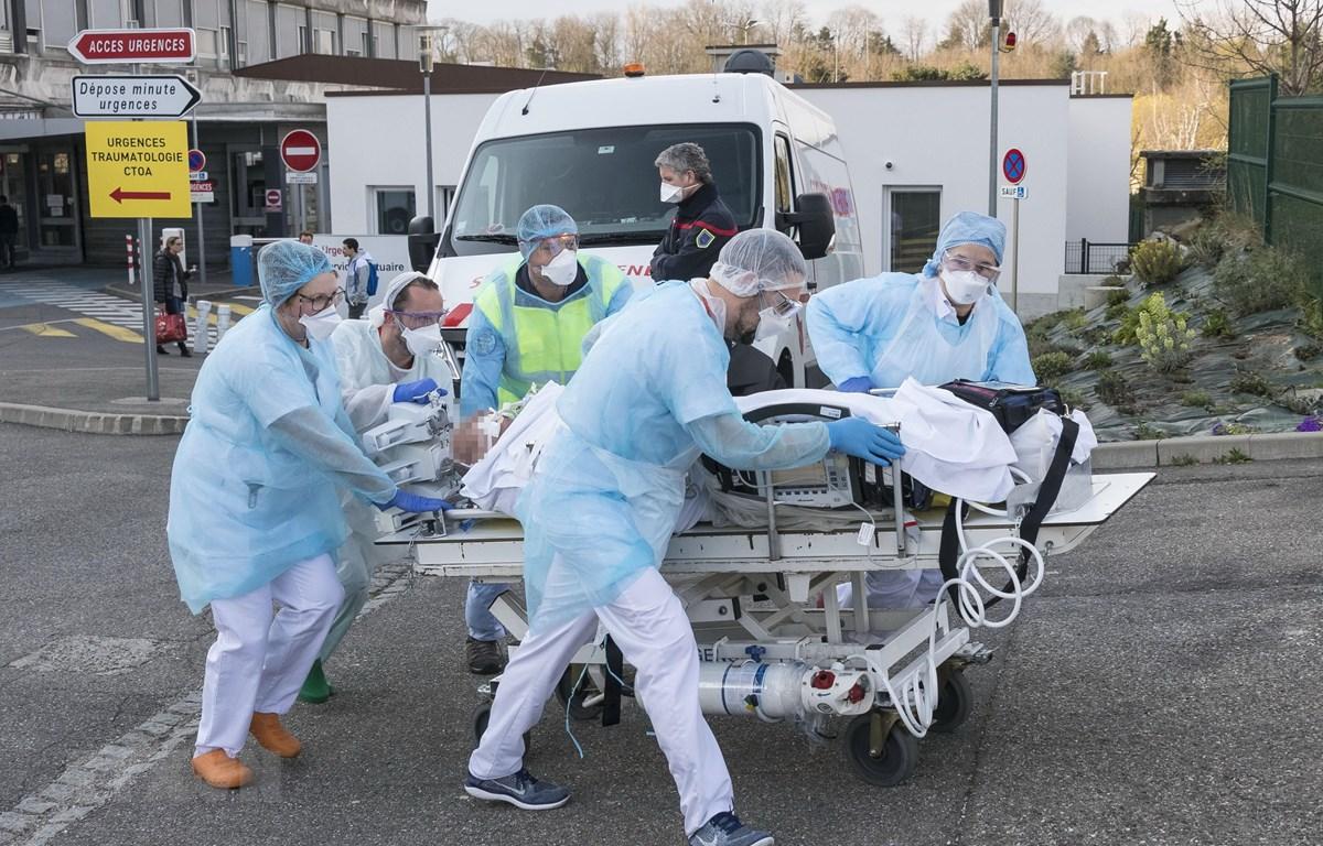 Nhân viên y tế chuyển bệnh nhân nhiễm COVID-19 tại Mulhouse, Pháp, ngày 17/3/2020. (Nguồn: AFP/TTXVN)