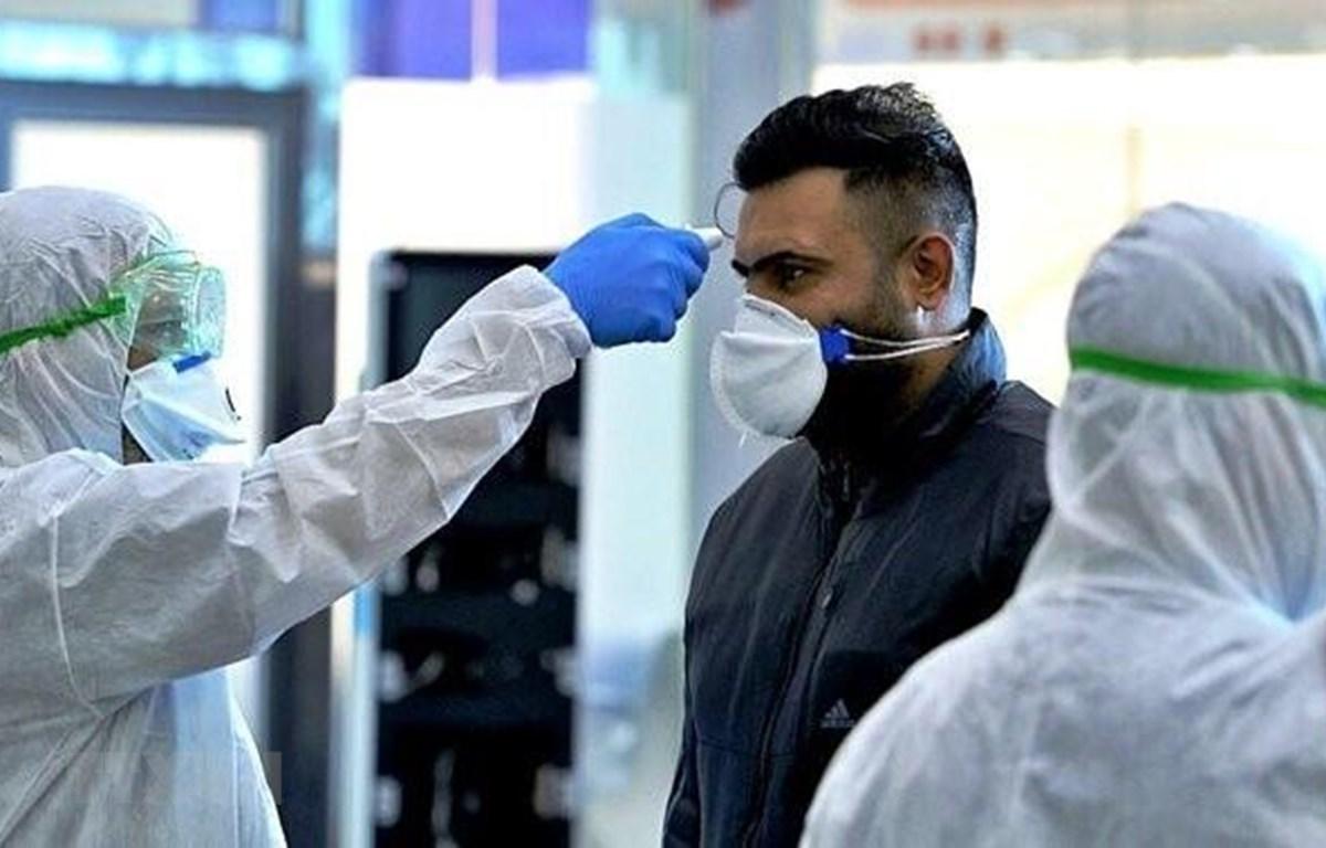 Đo thân nhiệt phòng lây nhiễm COVID-19 tại Tehran, Iran. (Nguồn: IRNA/TTXVN)