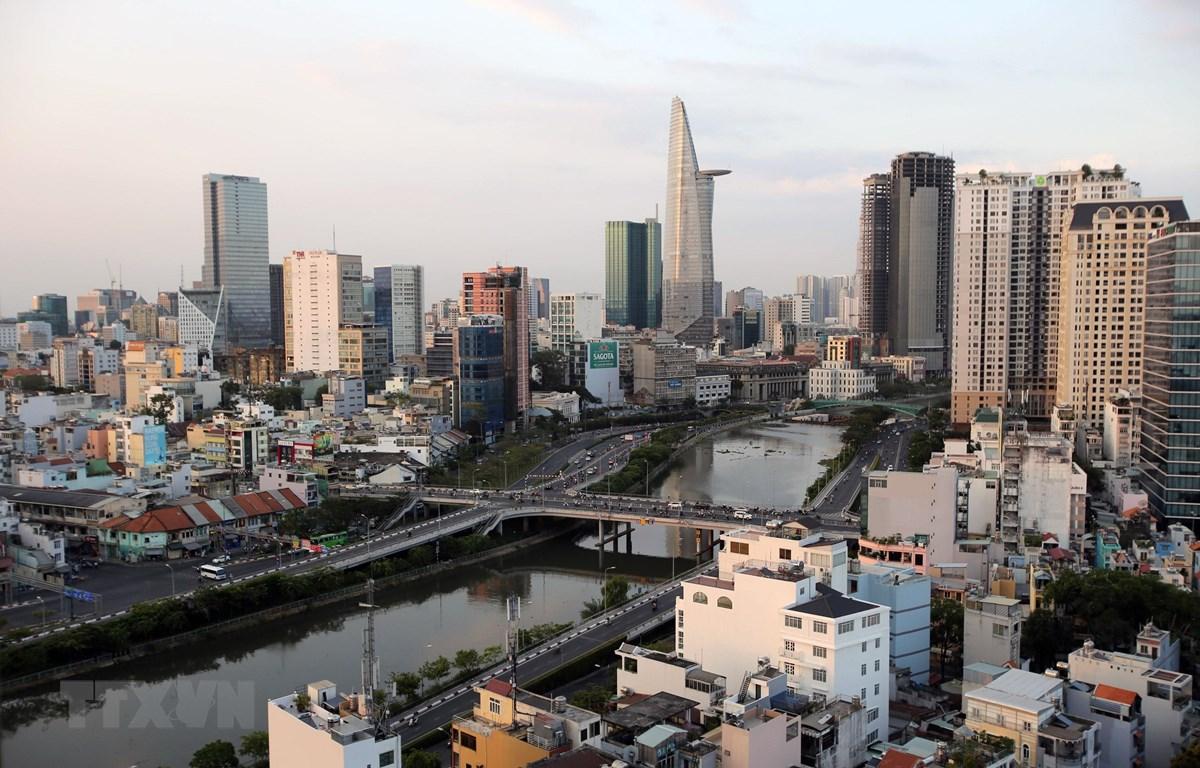 Sau yêu cầu tạm dừng kinh doanh nhiều lĩnh vực để hạn chế lây lan COVID-19, đường phố Thành phố Hồ Chí Minh vắng vẻ hơn rất nhiều so với trước. (Ảnh: Thành Chung/TTXVN)