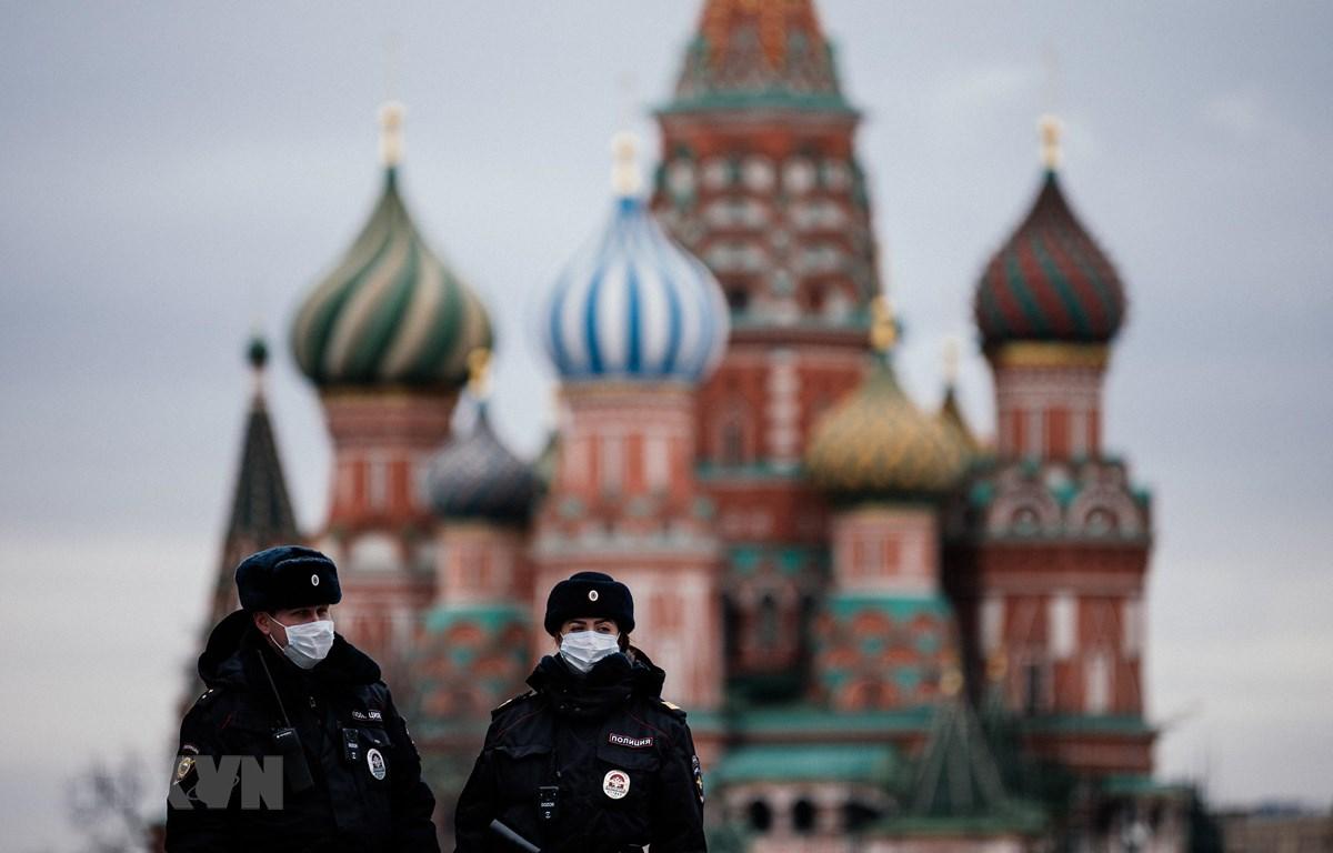 Cảnh sát tuần tra trên Quảng trường Đỏ ở thủ đô Moskva, Nga, ngày 30/3/2020. (Nguồn: AFP/TTXVN)