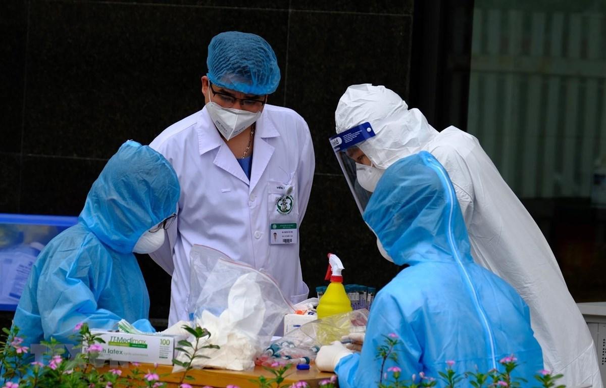 Lấy mẫu xét nghiệm cho cán bộ, y, bác sỹ tại Bệnh viện Bạch Mai. (Ảnh: Phạm Hùng/TTXVN phát)