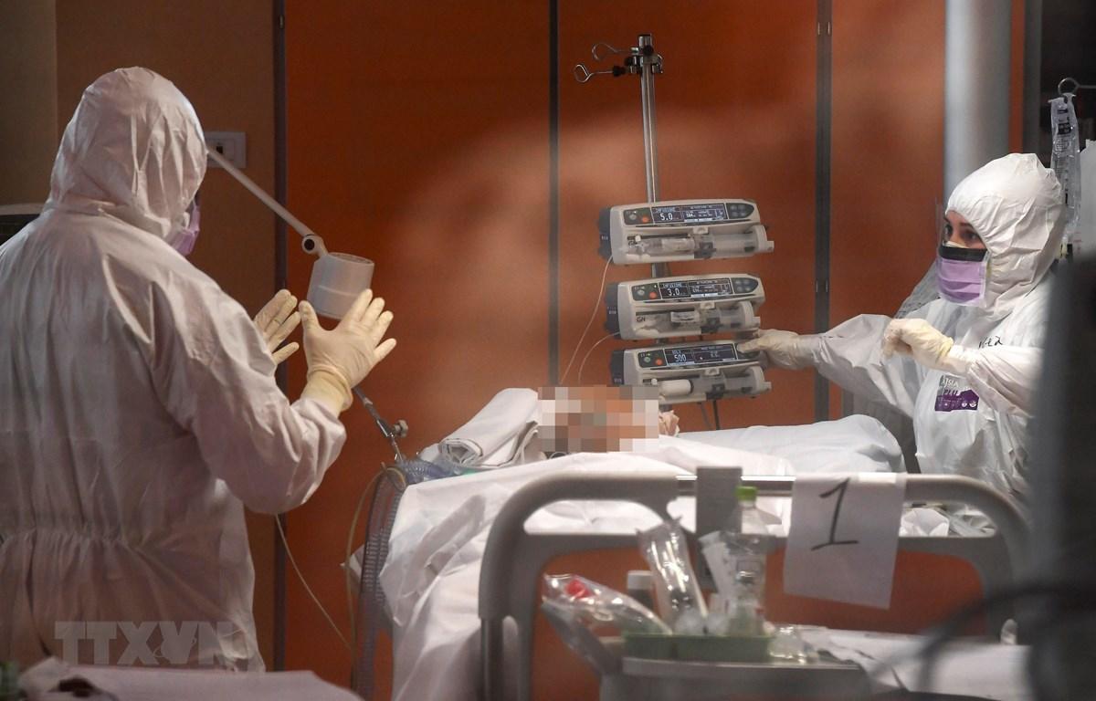 Nhân viên y tế điều trị cho bệnh nhân nhiễm COVID-19 tại khu cách ly ở Istituto Clinico Casalpalocco, Rome (Italy) ngày 25/3/2020. (Nguồn: THX/TTXVN)
