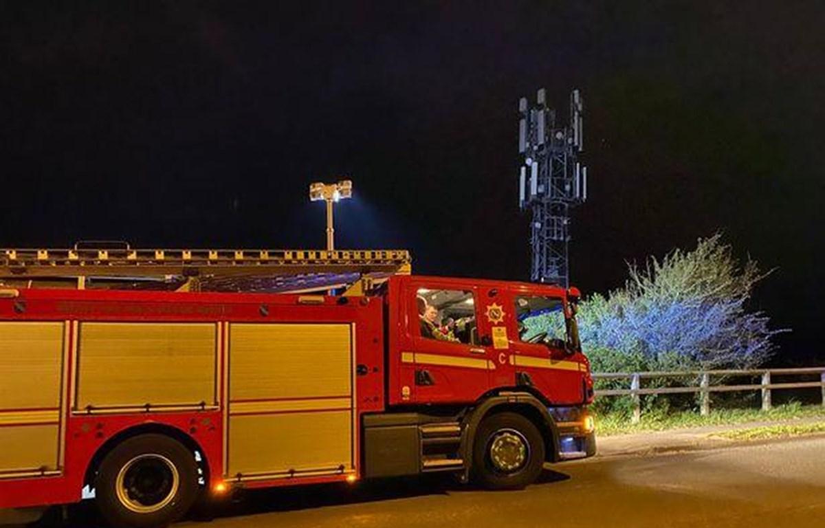 Lính cứu hỏa dập tắt một đám cháy tại trạm phát sóng 5G ở Anh (Nguồn: Liverpool Echo)