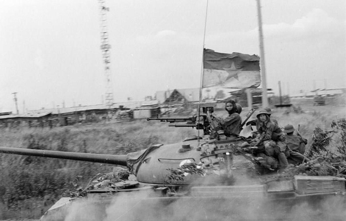 Quân Giải phóng chiếm trường Thiết giáp của ngụy tại căn cứ Nước Trong (Biên Hòa).Từ đầu tháng 4/1975, các binh đoàn chủ lực của ta từ khắp các hướng tiến về Sài Gòn, tấn công địch với sức mạnh vũ bão và tiêu diệt toàn bộ tuyến phòng thủ từ vòng ngoài của