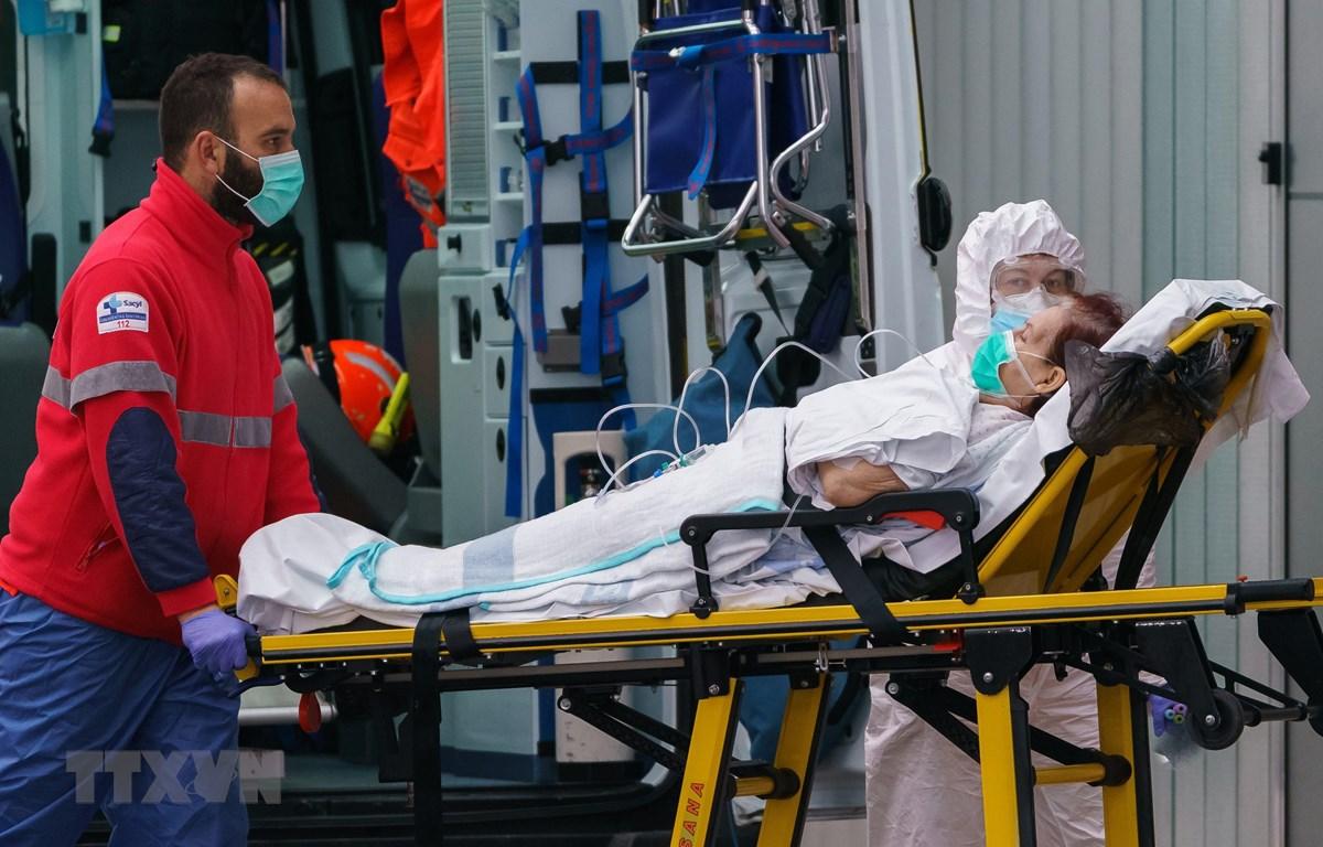 Nhân viên y tế chăm sóc bệnh nhân nhiễm COVID-19 tại Burgos, Tây Ban Nha, ngày 2/4/2020. (Nguồn: AFP/TTXVN)