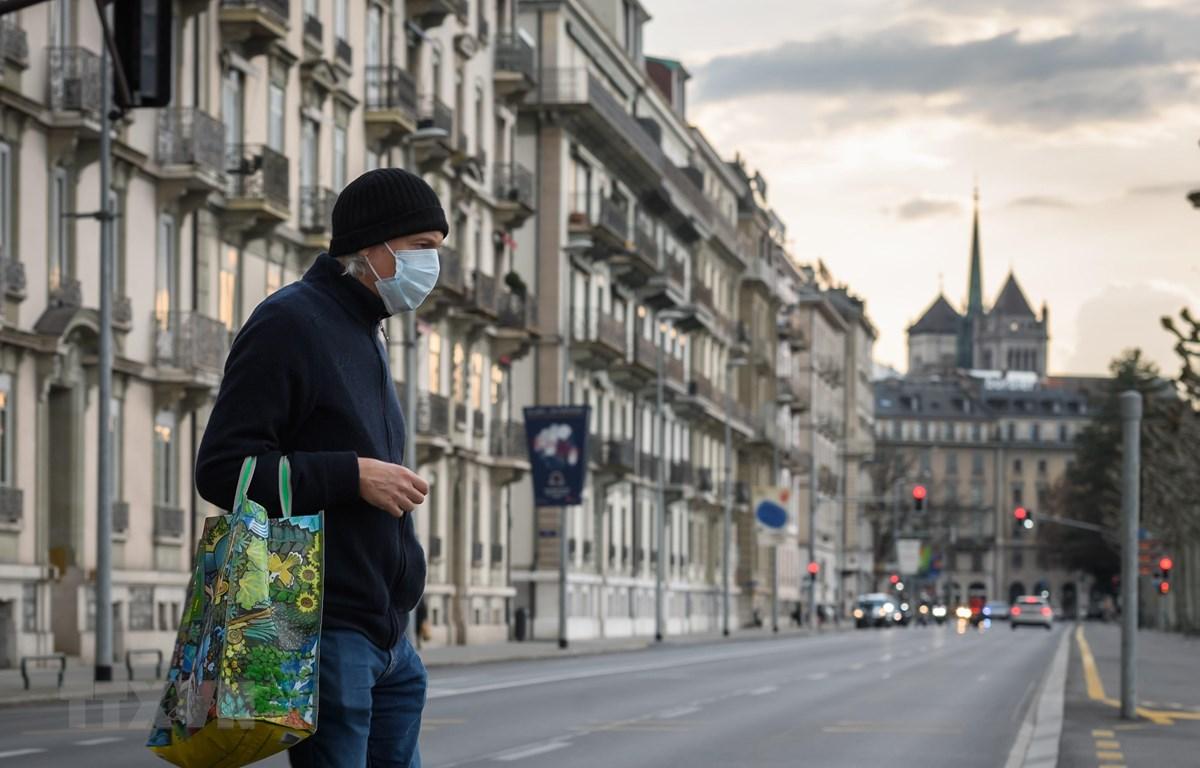 Người dân đeo khẩu trang phòng lây nhiễm COVID-19 tại Geneva, Thụy Sĩ, ngày 20/3/2020. (Nguồn: AFP/TTXVN)