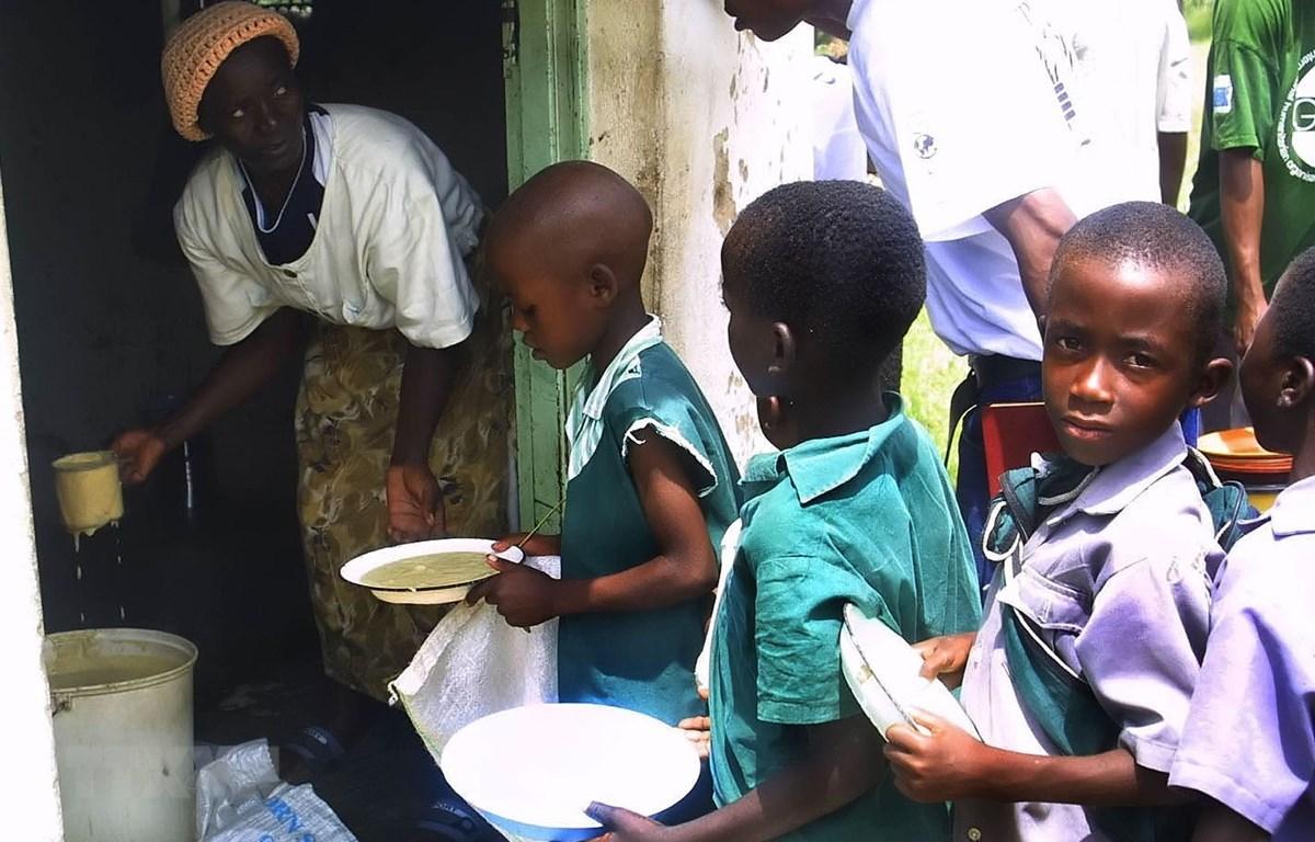 Ảnh tư liệu: Trẻ em xếp hàng nhận cháo cứu trợ tại Harare, Zimbabwe. (Nguồn: AFP/TTXVN)