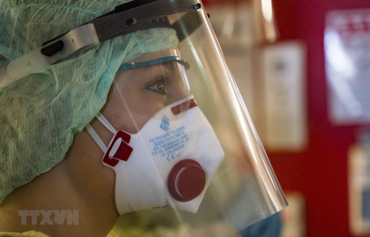 Nhân viên y tế mặc trang phục bảo hộ phòng lây nhiễm COVID-19 tại bệnh viện ở Giessen, Đức, ngày 14/4/2020. (Nguồn: AFP/TTXVN)