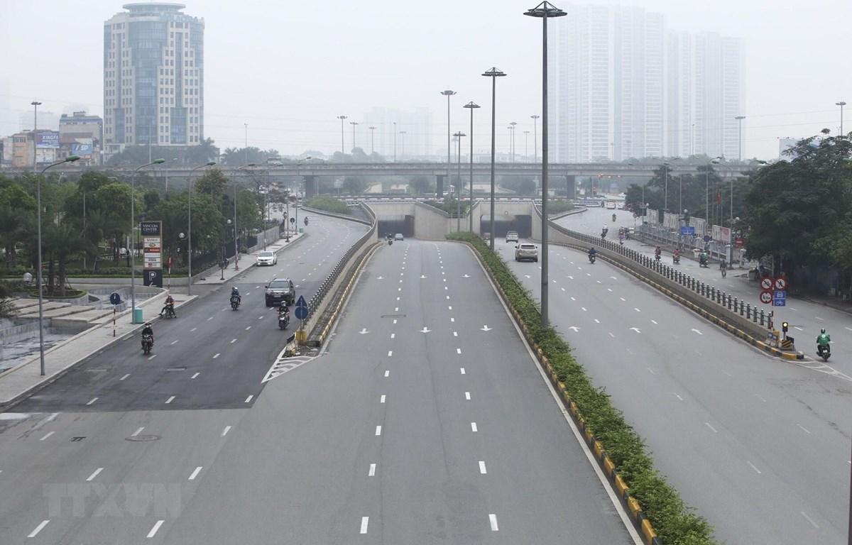 Đường Trần Duy Hưng, mật độ giao thông giảm hơn ngày thường, trong những ngày thực hiện giãn cách xã hội. (Ảnh: Minh Quyết/TTXVN)
