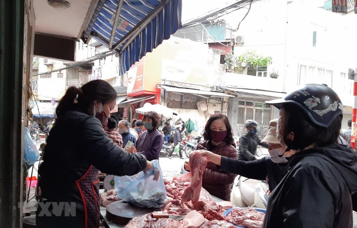Quầy bán thịt lợn tại chợ Hoàng Mai, Hà Nội. (Ảnh: Phương Anh/TTXVN)