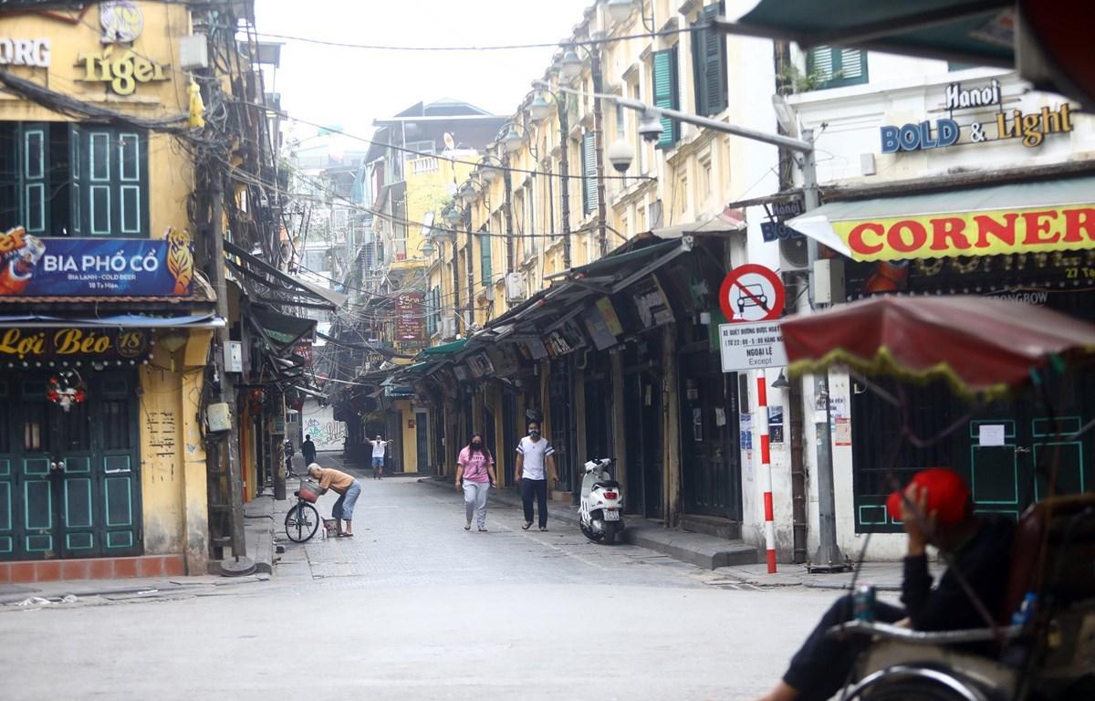 Phố Tạ Hiện (quận Hoàn Kiếm) vắng lặng trong thời gian giãn cách xã hội. (Ảnh: Huy Hùng/TTXVN)