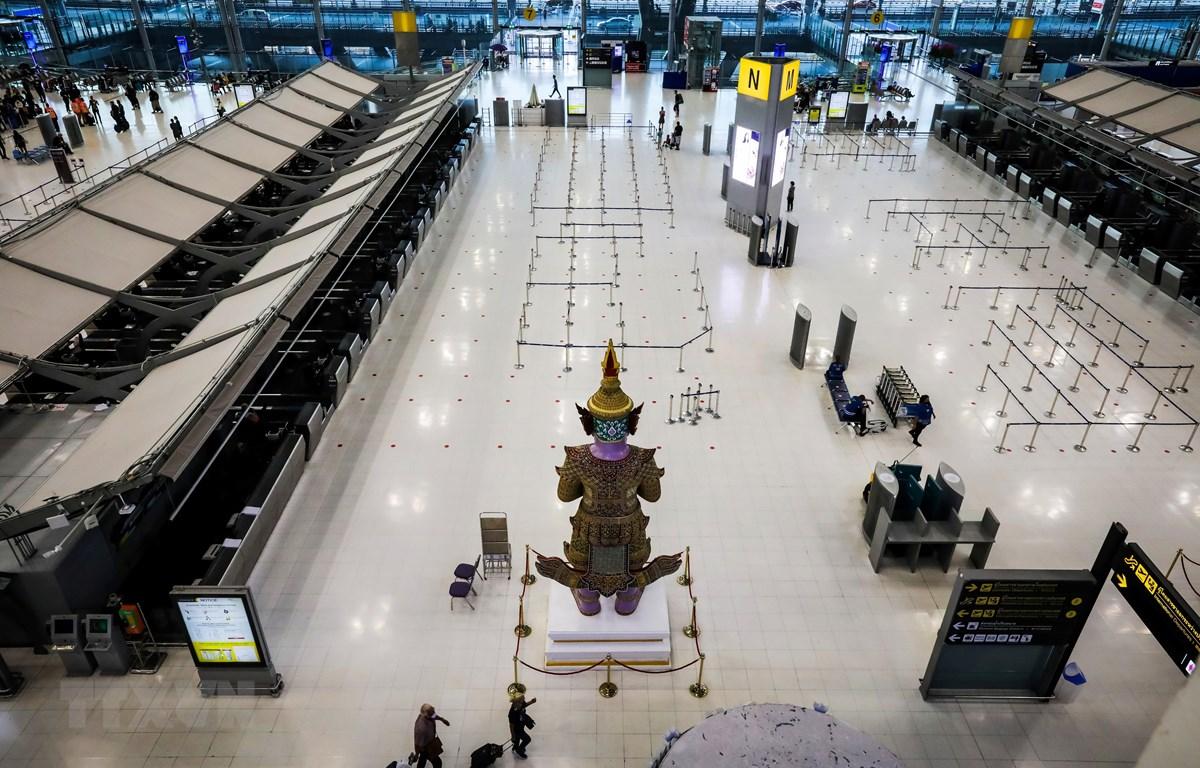 Cảnh vắng vẻ tại nhà chờ của sân bay Suvarnabhumi ở Bangkok, Thái Lan ngày 3/4/2020, trong bối cảnh Chính phủ ban bố lệnh cấm các chuyến bay chở khách nhập cảnh nhằm ngăn ngừa dịch COVID-19 lây lan. (Nguồn: AFP/TTXVN)