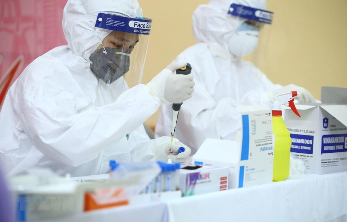 Hà Nội tổ chức xét nghiệm nhanh cho hơn 200 nhân viên, tiểu thương tại chợ đầu mối nông sản Long Biên (Ba Đình) trong ngày 18/4/2020. (Nguồn: TTXVN)