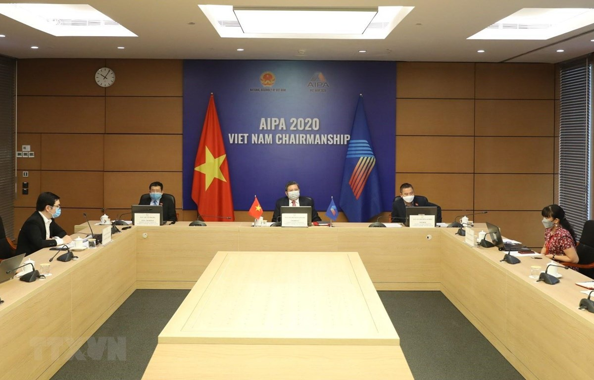 Chủ nhiệm Ủy ban Đối ngoại của Quốc hội Nguyễn Văn Giàu chủ trì điểm cầu Hà Nội. (Ảnh: Văn Điệp/TTXVN)