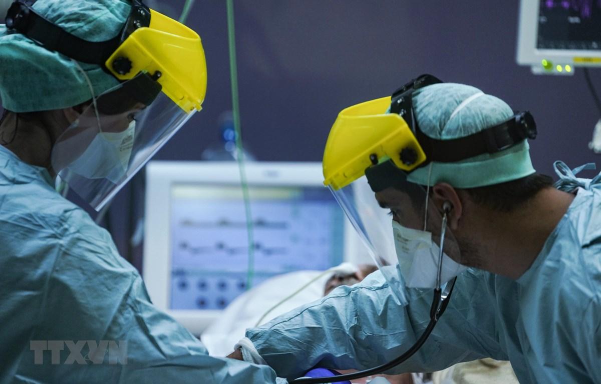 Nhân viên y tế chăm sóc bệnh nhân nhiễm COVID-19 tại bệnh viện ở Brussels, Bỉ, ngày 25/3/2020. (Nguồn: AFP/TTXVN)