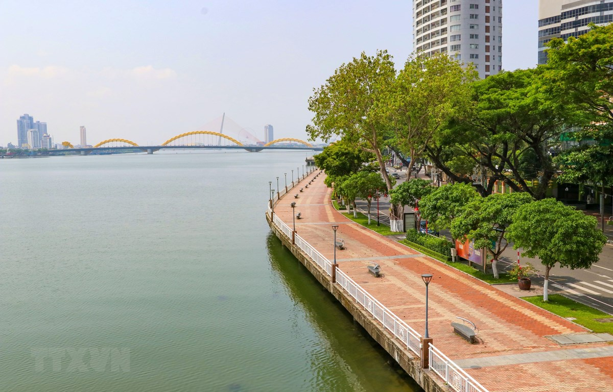 Tuyến đường đi bộ ven sông Hàn vắng vẻ do người dân thực hiện nghiêm túc việc giãn cách xã hội. (Ảnh: Trần Lê Lâm/TTXVN)