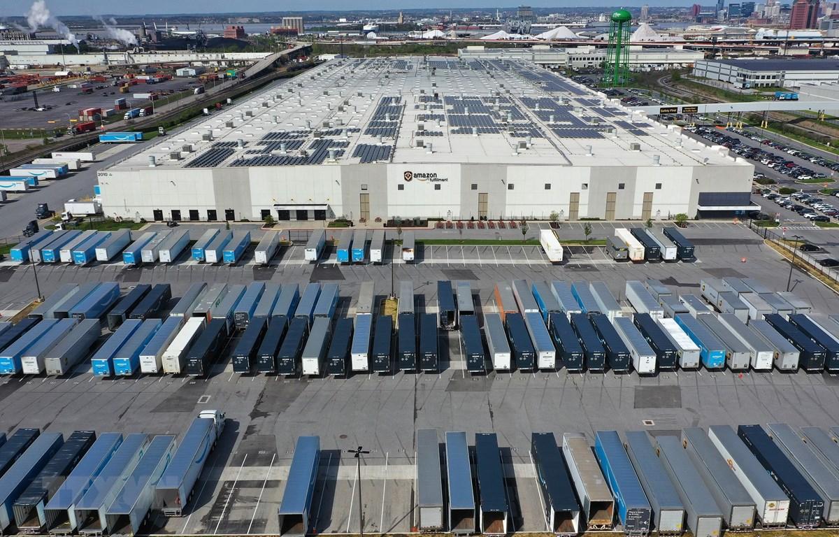 Trung tâm đóng gói hàng vận chuyển BWI2 của Công ty thương mại điện tử Amazon ở Baltimore, Maryland (Mỹ) ngày 14/4/2020. (Nguồn: AFP/TTXVN)