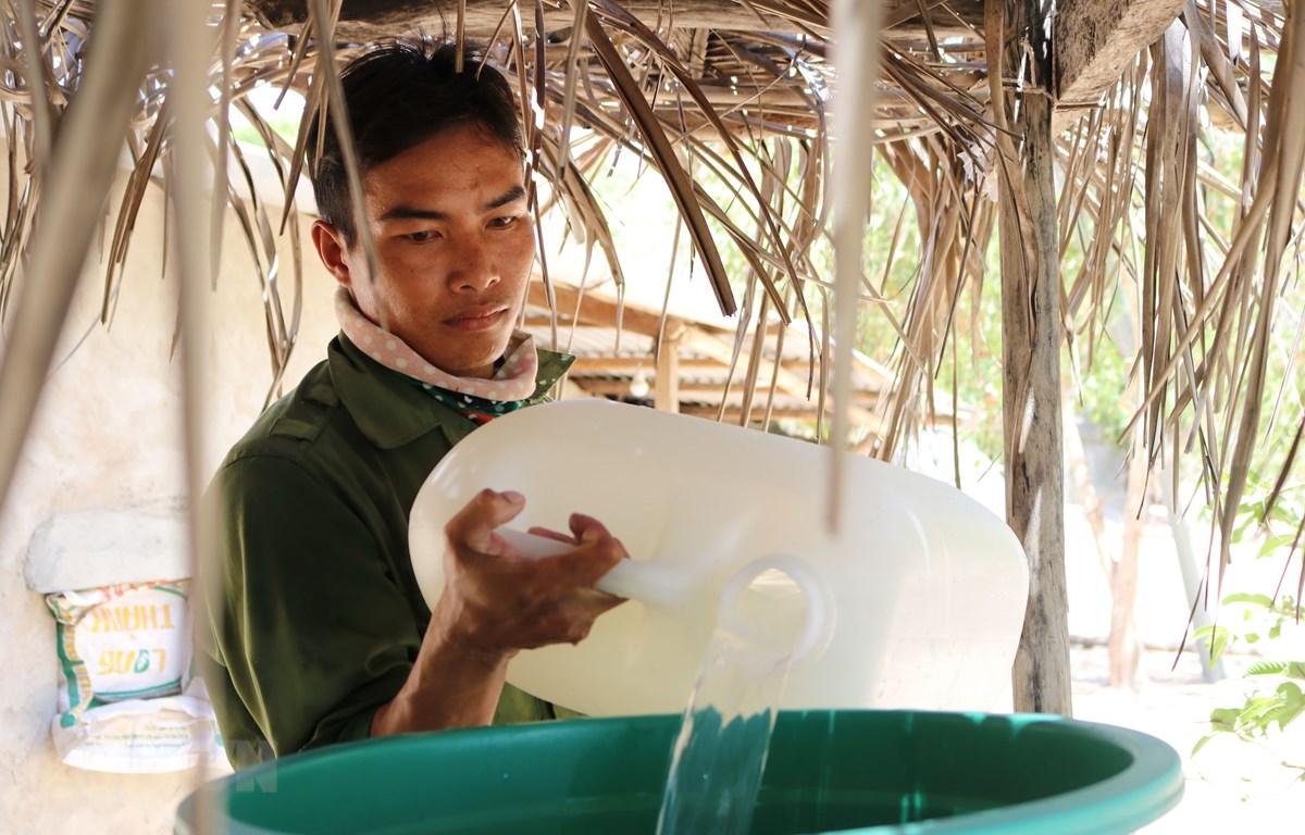 Người dân xã Công Hải (huyện Thuận Bắc, Ninh Thuận) chắt chiu từng can nước để sử dụng sinh hoạt trong mùa khô 2020. (Ảnh: Nguyễn Thành/TTXVN)