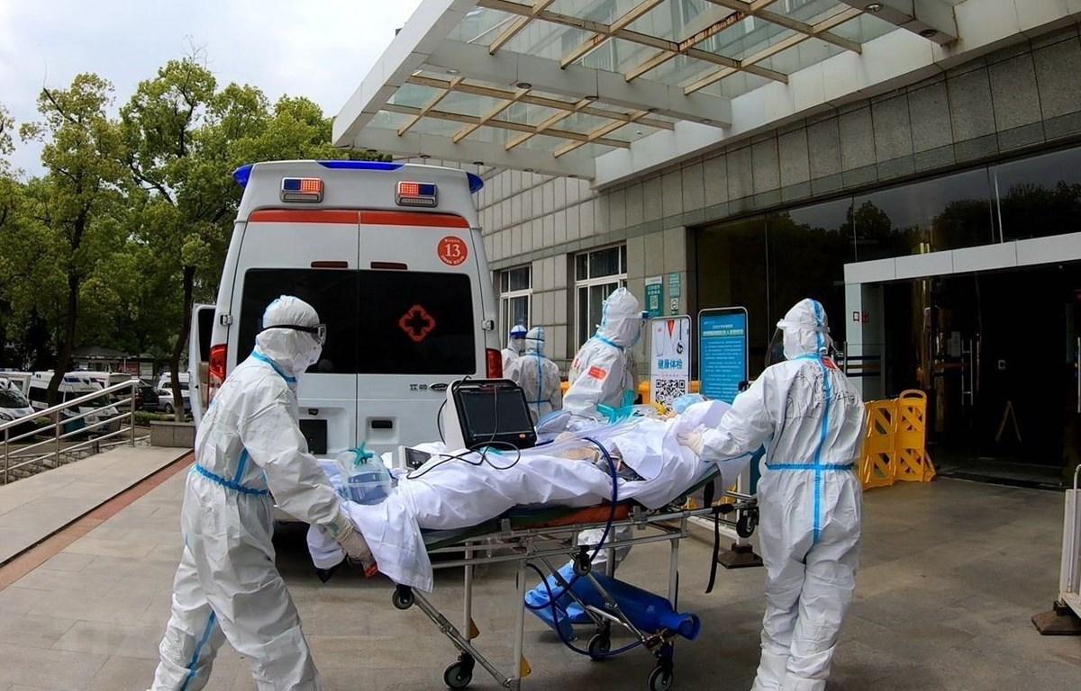 Nhân viên y tế chuyển bệnh nhân mắc COVID-19 tới bệnh viện ở Vũ Hán, Trung Quốc ngày 14/4/2020. (Nguồn: THX/TTXVN)