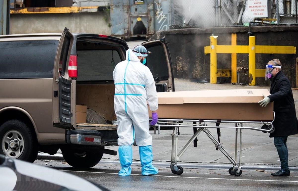 Nhân viên y tế chuyển thi thể một bệnh nhân tử vong do COVID-19 tại trung tâm y tế Brooklyn ở New York, Mỹ, ngày 24/4/2020. (Nguồn: THX/TTXVN)