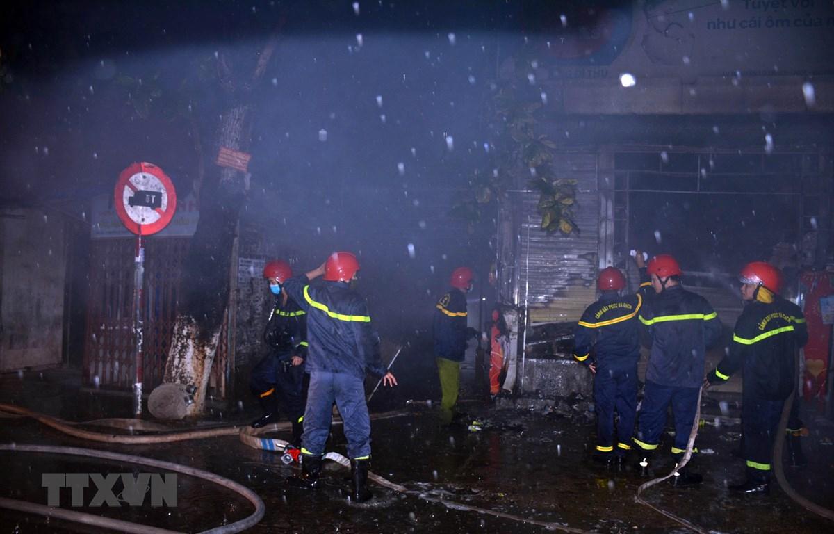 Cán bộ, chiến sỹ Phòng Cảnh sát Phòng cháy chữa cháy và cứu nạn cứu hộ, Công an tỉnh Thừa Thiên-Huế khống chế, dập tắt ngọn lửa trong đêm. (Nguồn: TTXVN phát)