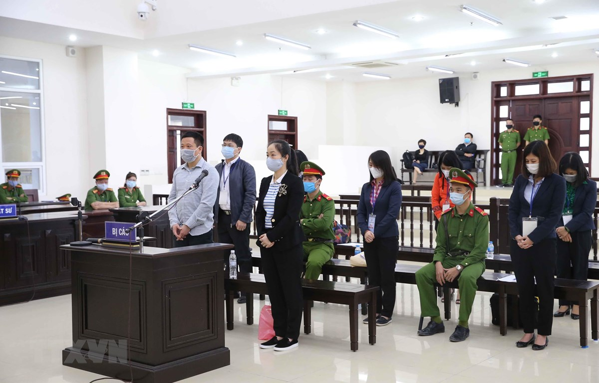 Bị cáo Hà Văn Thắm (48 tuổi, cựu Chủ tịch Hội đồng quản trị Ngân hàng Đại Dương - Oceanbank) và đồng phạm tại phiên xét xử. (Ảnh: Doãn Tấn/TTXVN)