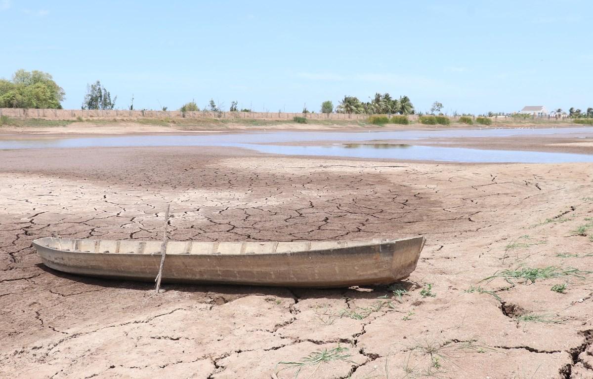 Hồ trữ nước ngọt lớn nhất miền Tây cạn khô. (Ảnh: Huỳnh Phúc Hậu/TTXVN)