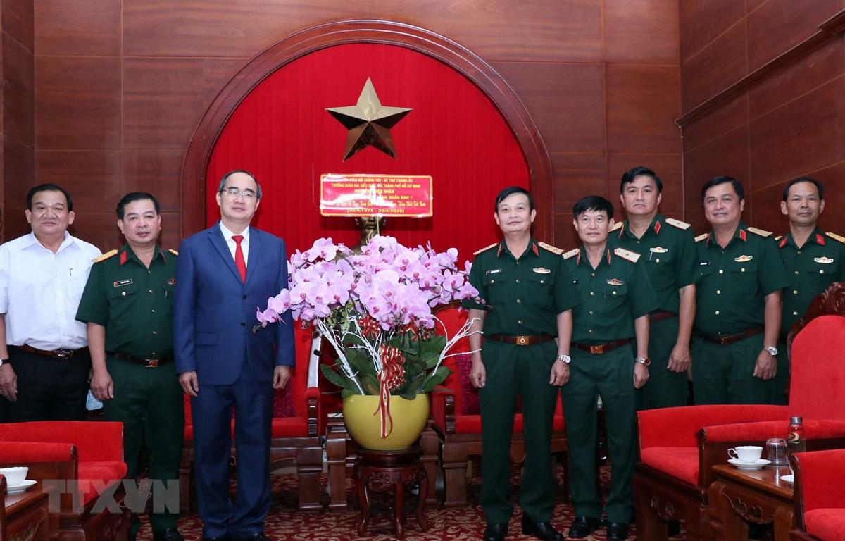Ủy viên Bộ Chính trị, Bí thư Thành ủy Thành phố Hồ Chí Minh Nguyễn Thiện Nhân tặng hoa Bộ Tư lệnh Quân khu 7. (Ảnh: Xuân Khu/TTXVN)