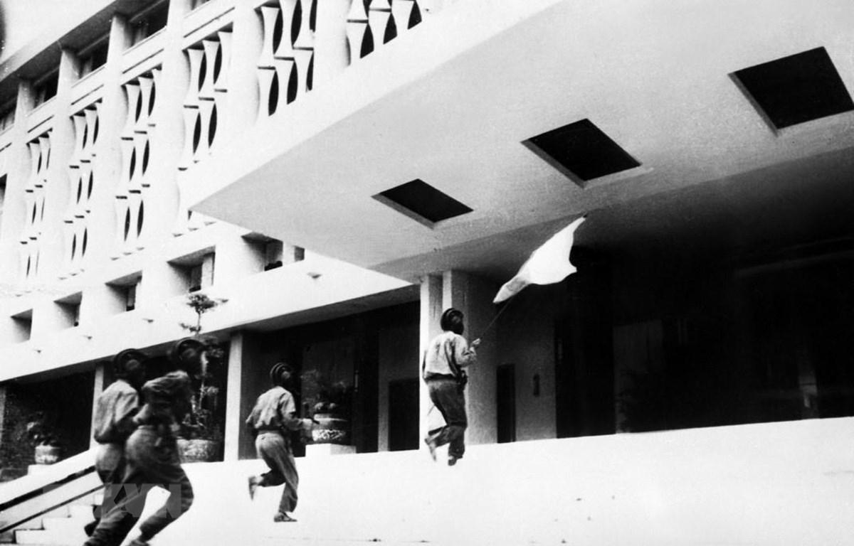 Các chiến sỹ Quân đoàn 2 - Binh đoàn Hương Giang tiến vào cắm cờ trên nóc Phủ Tổng thống Ngụy quyền Sài Gòn lúc 11 giờ 30 phút ngày 30/4/1975, đánh dấu thắng lợi trọn vẹn của chiến dịch Hồ Chí Minh lịch sử, đỉnh cao của cuộc Tổng tiến công và nổi dậy mùa
