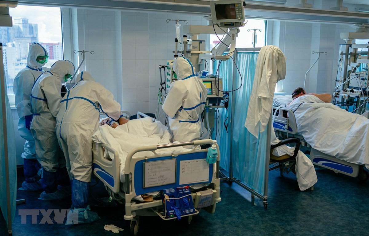 Nhân viên y tế điều trị cho bệnh nhân mắc COVID-19 tại một bệnh viện ở Moskva, Nga ngày 20/4/2020. (Nguồn: AFP/TTXVN)